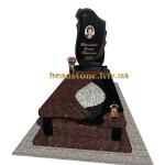 гранітний пам'ятник з аркою та хрестом